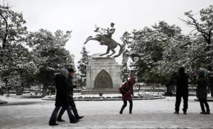 Onceki gun aksam saatlerinde bastiran kar nedeniyle kentin dort bir yaninda kartpostallik goruntuler olustu. Vatandaslar bu ani olumsuzlestirmek icin Ataturk heykeli onunde hatira fotografi cekindi.